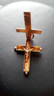 Croix avec un Christ caché